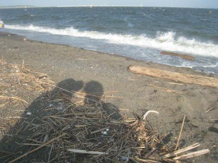 海岸の二人.jpg